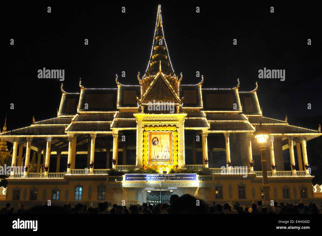 Phnom Penh, Cambodia. 11th July, 2014. People gather in front of the Royal Palace in Phnom Penh, Cambodia, July - Stock Image
