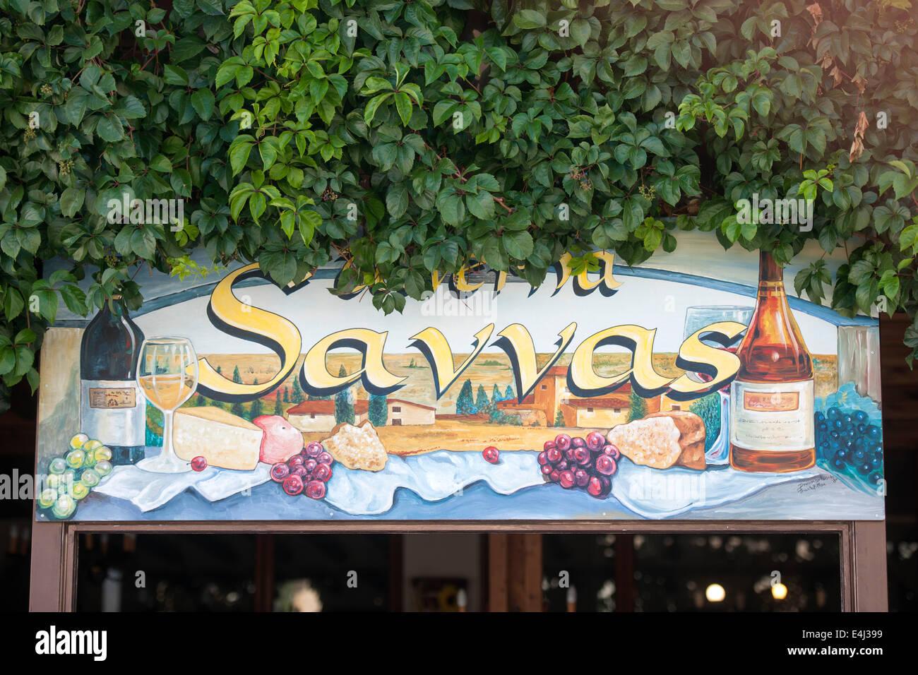 Griechenland, Rhodos, Embonas, Bergdorf am Fuße des 1215 Meter hohen Attaviros. Werbung füreine Taverne. - Stock Image