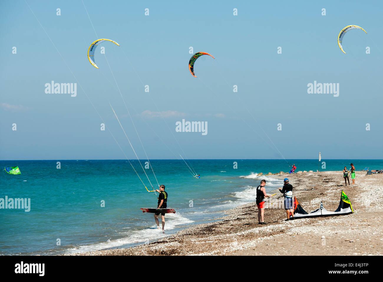 Griechenland, Rhodos, Theologos, Kitesurfer am Strand - Stock Image