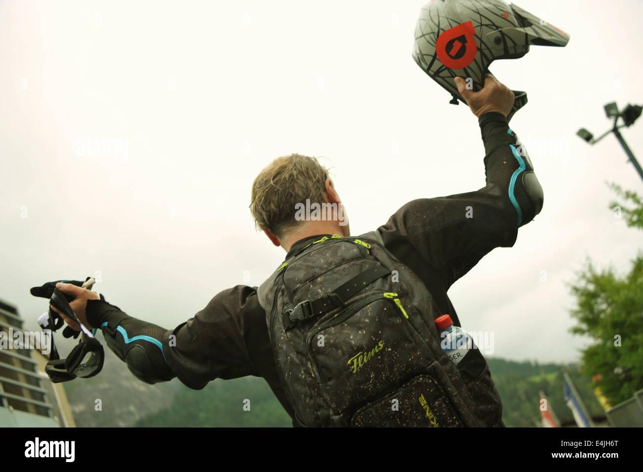 Siegesfeier nach 6 km Mountainbiking auf dem Runcatrail, Flims, Schweiz. - Stock Image