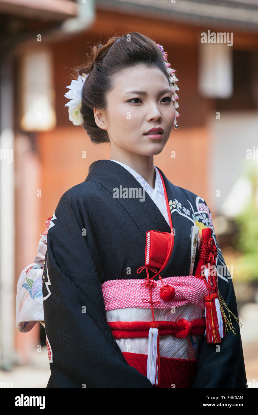 Young woman in traditional wedding kimono in the Higashi Chaya historical district of Kanazawa, Japan - Stock Image