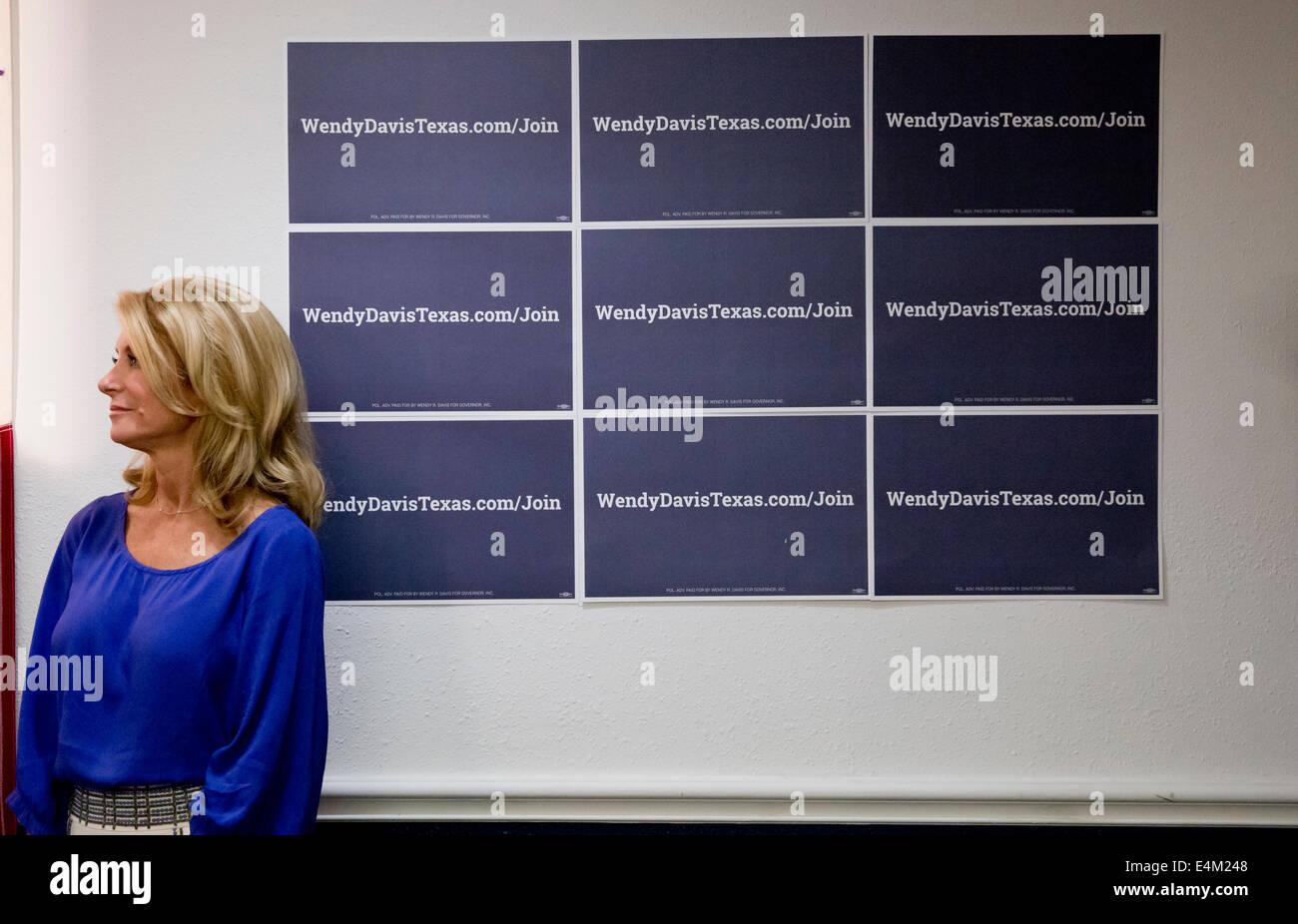 Texas Democratic Gubernatorial candidate Senator Wendy Davis speaks to small crowd - Stock Image
