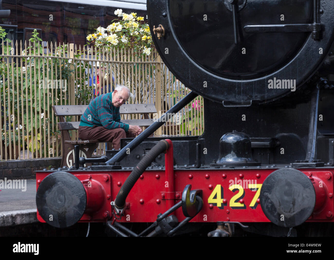 An old man watches steam locomotive 4270, Gloucestershire Warwickshire Railway at Toddington Railway Station, Gloucestershire - Stock Image