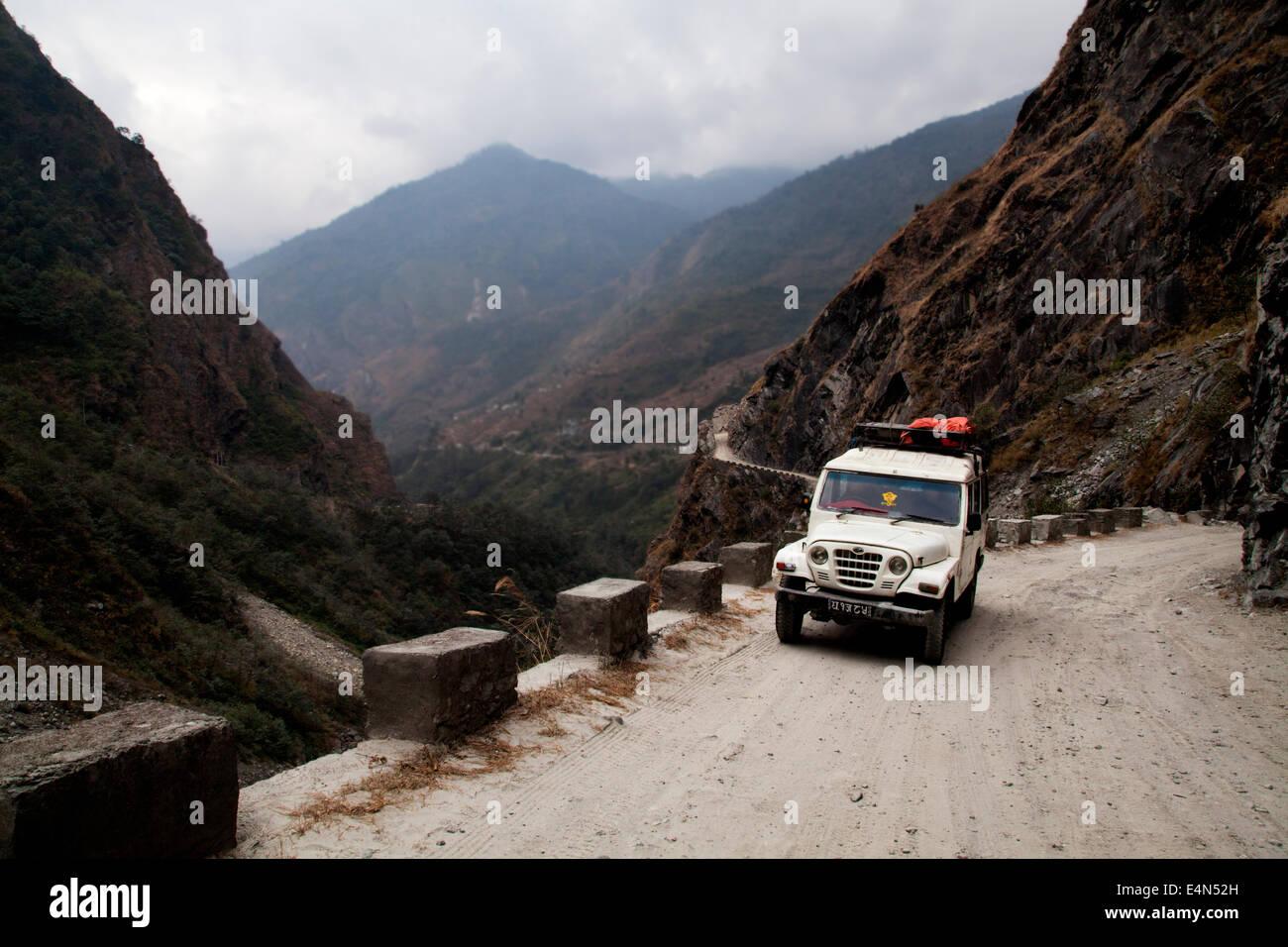 Jeep on the Tatopani to Jomsom road, Himalayas, Annapurna, Nepal - Stock Image