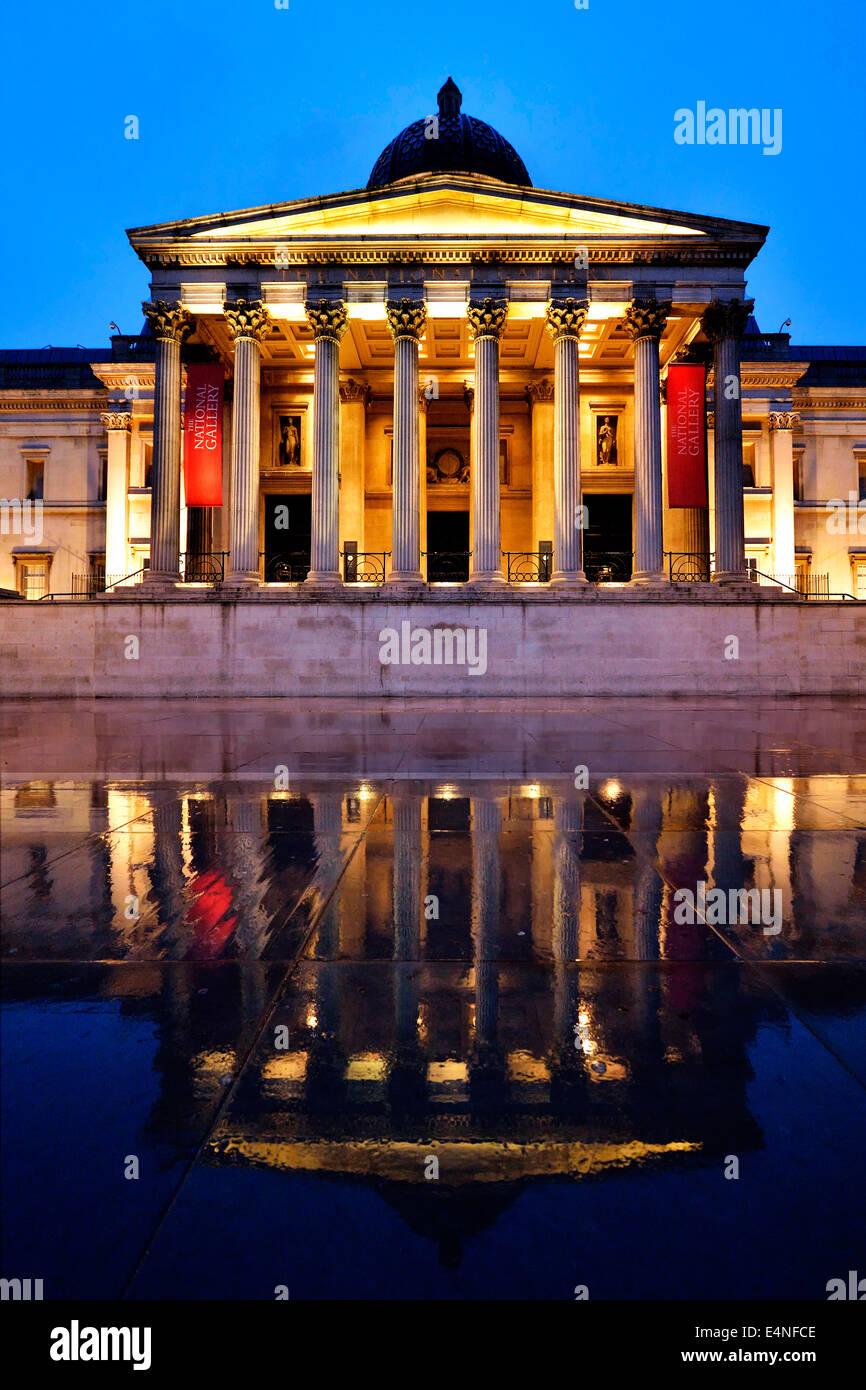 Spiegelung im Regen, The National Gallery, blaue Stunde, Trafalgar Square, London, England, Großbritannien - Stock Image