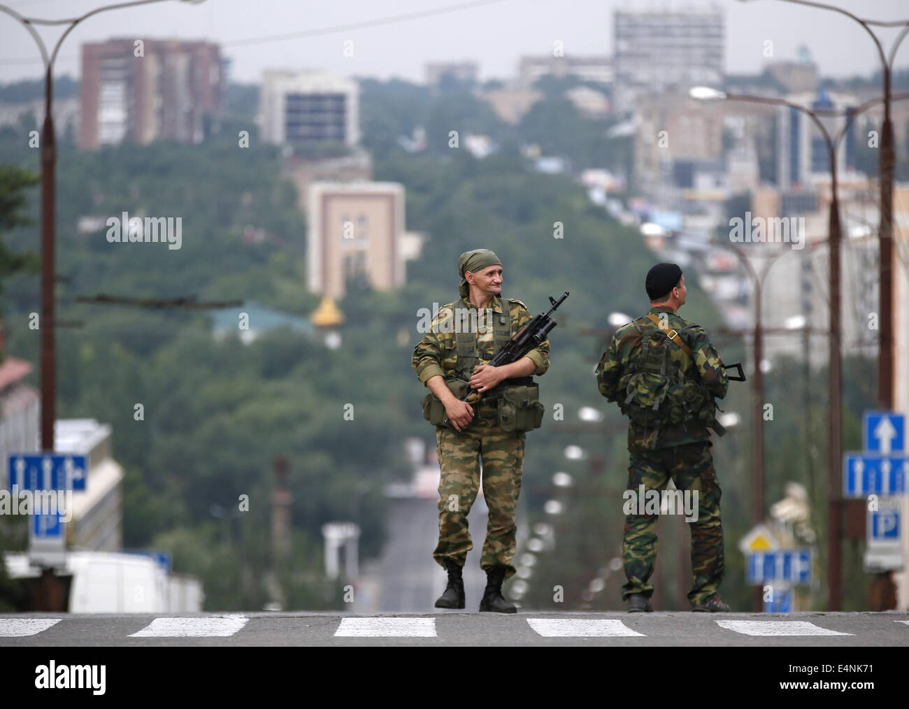 Donetsk, Ukraine. 13th July, 2014. Two armed men stand on a road ahead of a rally marking the 250th anniversary - Stock Image
