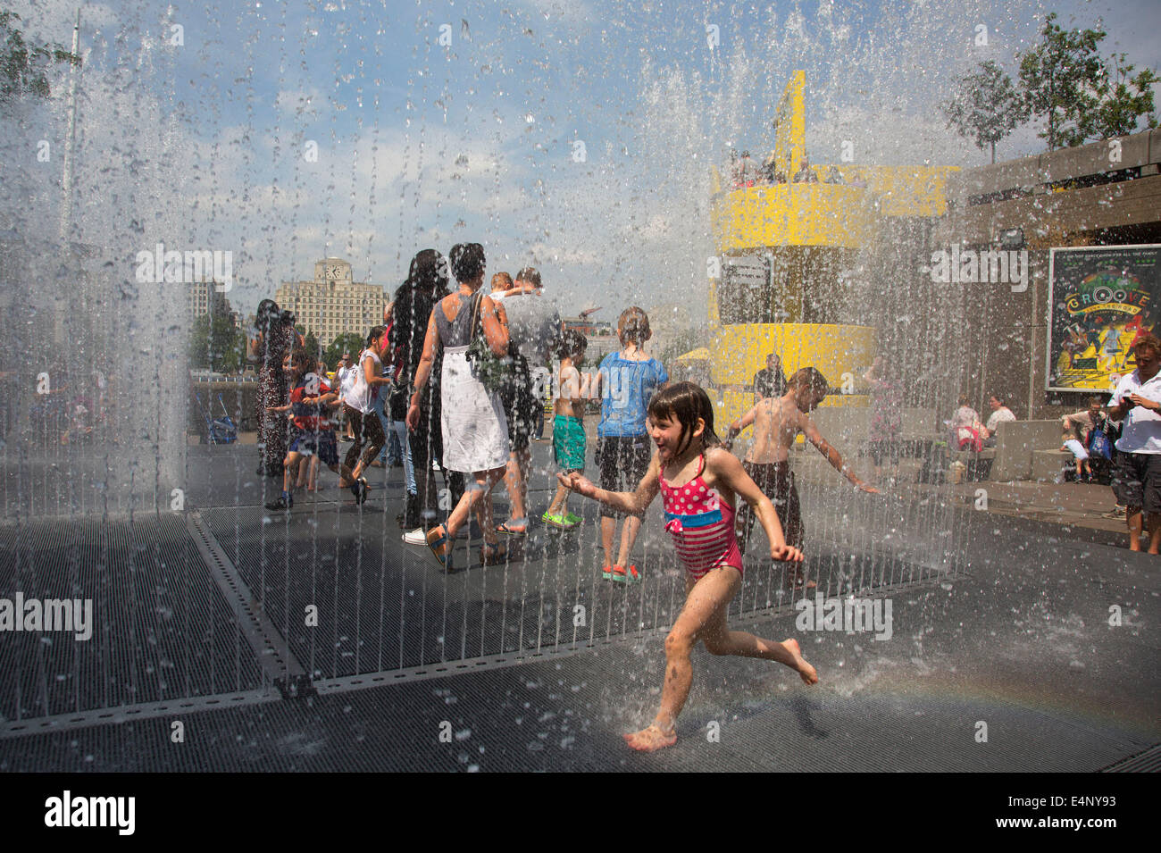 Kids Playing In The Appearing Rooms Fountains At Southbank Centre Stock Photo