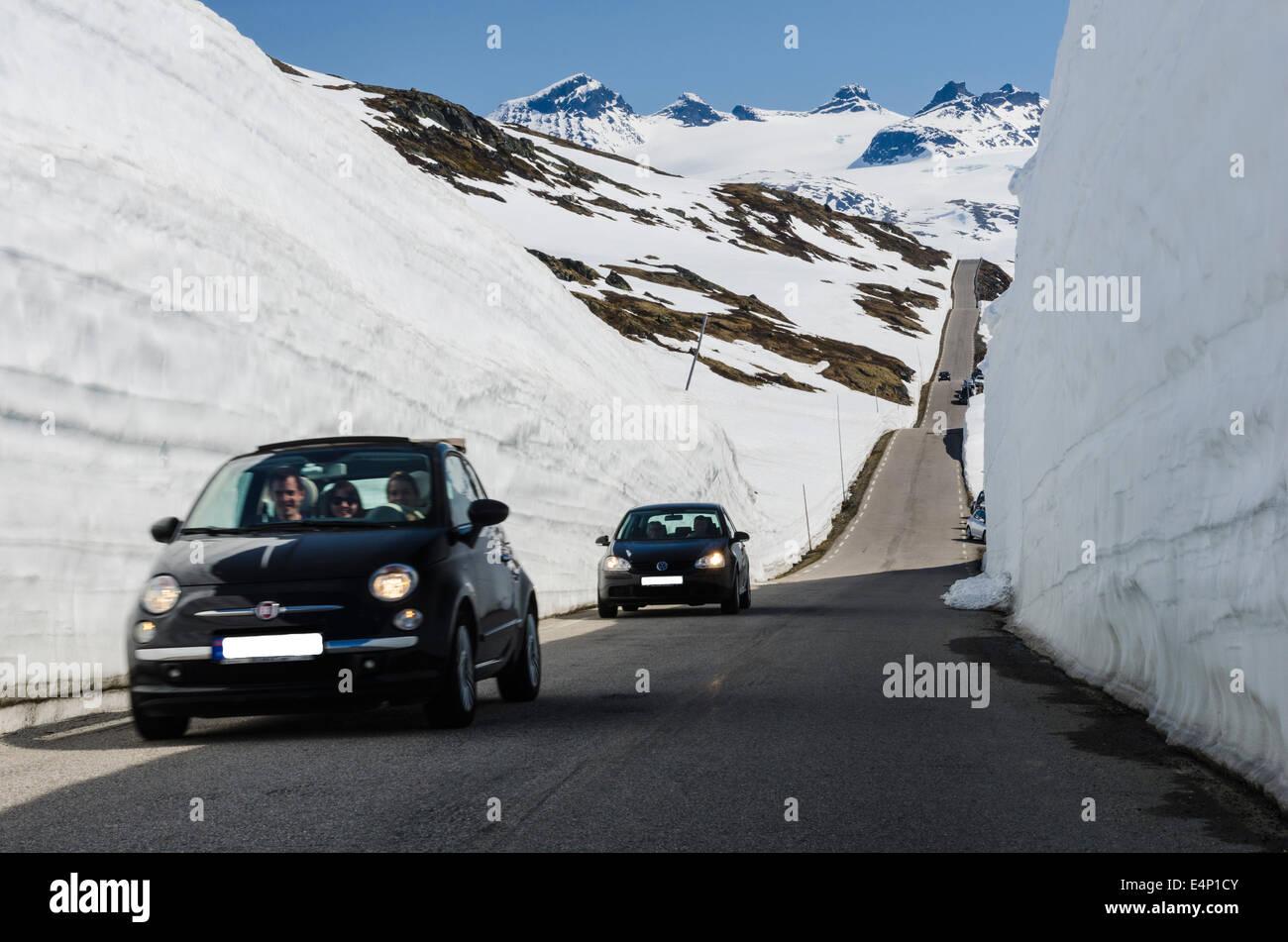 Autos auf dem Sognefjellsvegen, Jotunheimen Nationalpark, Oppland Fylke, Norwegen, - Stock Image