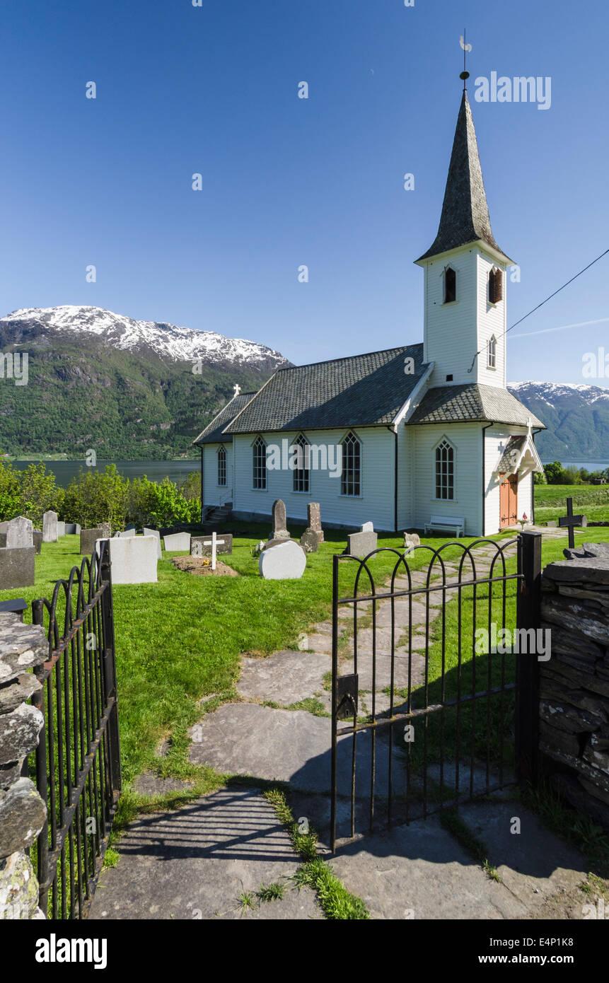 Kirche und Friedhof, Lustrafjorden, Luster, Sogn og Fjordane Fylke, Norwegen - Stock Image