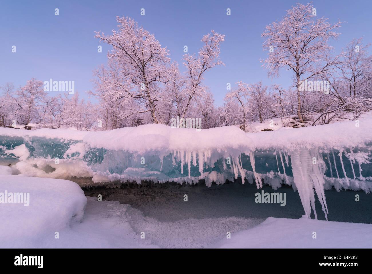der gefrorene Fluss Abiskojohkka mit den Abiskoalpen, Abisko Nationalpark, Norrbotten, Lappland, Schweden, - Stock Image