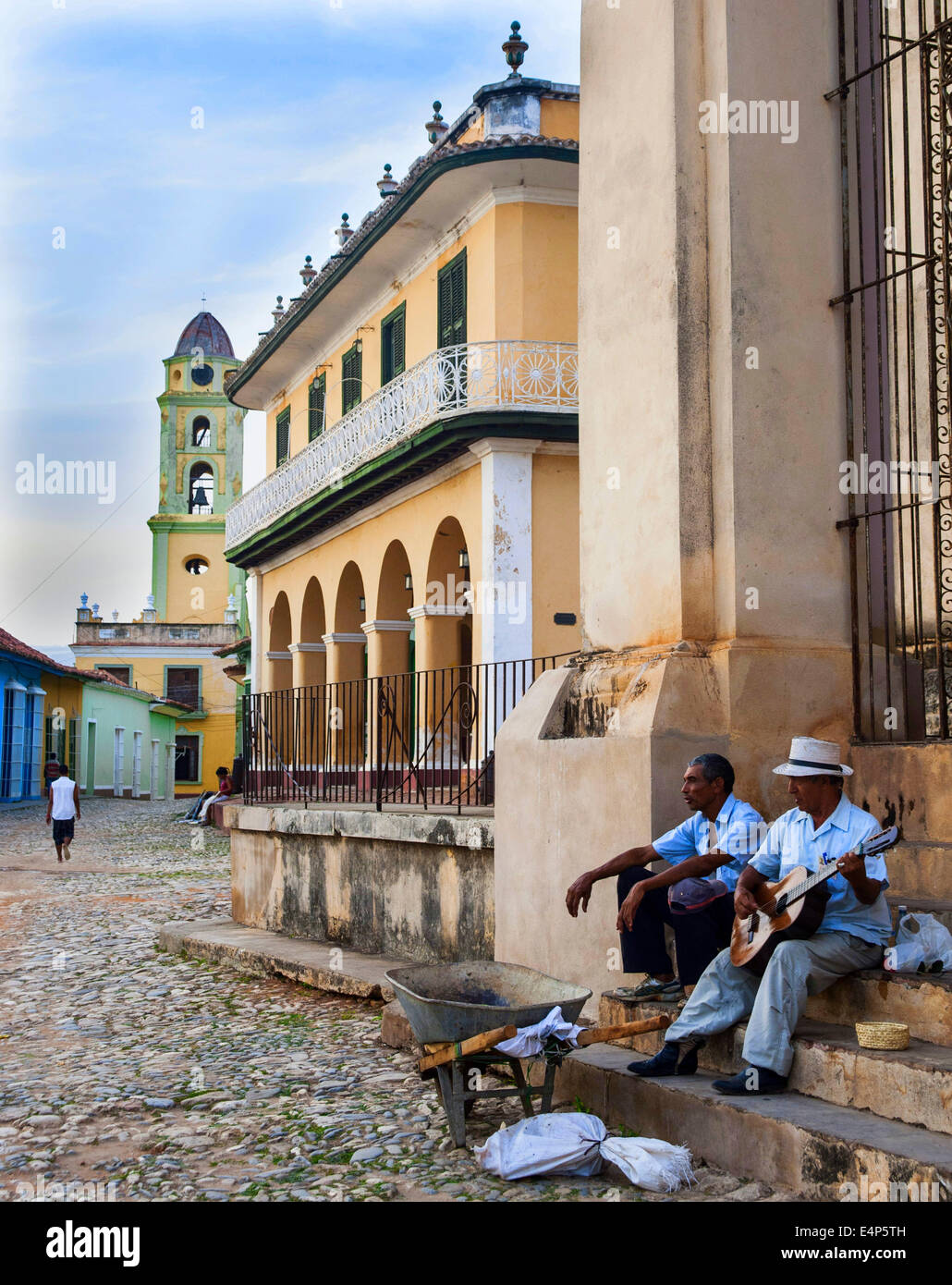 A guitarist performs a musical serenades for passersby in Trinidad, Cuba - Stock Image
