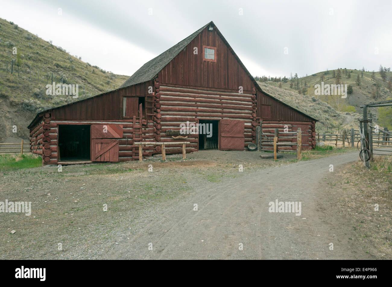 Elk203-3078 Canada, British Columbia, Historic Hat Creek Ranch, barn - Stock Image