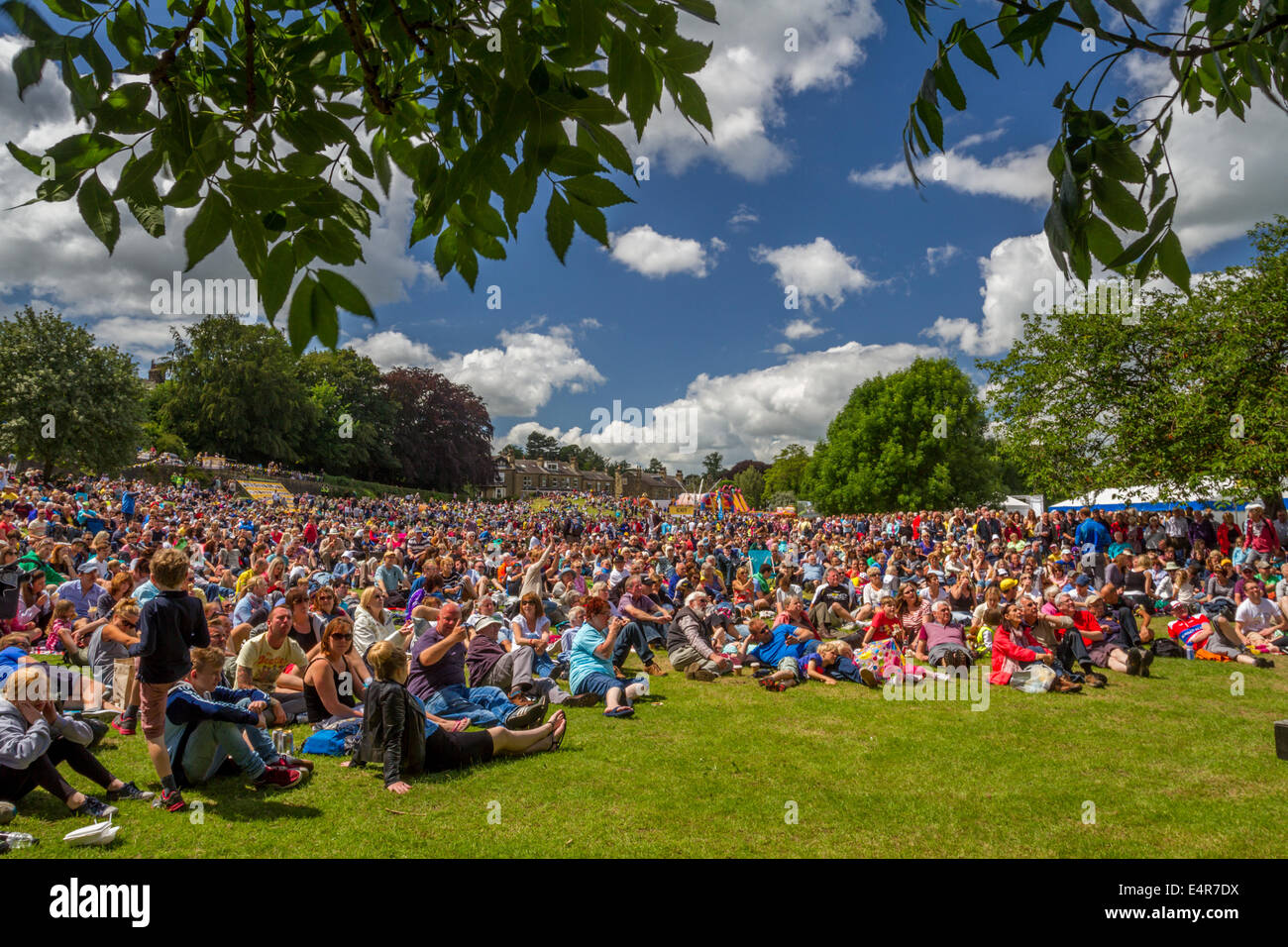 5th July 2014 - Crowds in Ilkley enjoy blue skies in summery weather outside watching the Tour de France Grand depart - Stock Image