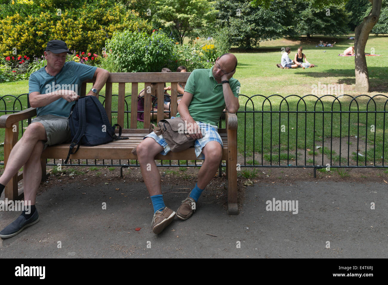 Londoners enjoying hot weather in the city - Stock Image