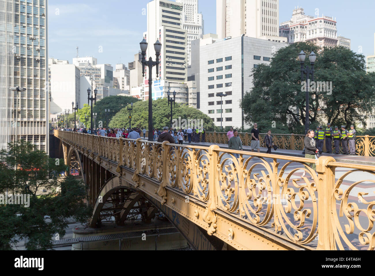 People walk on the Viaduto Santa Ifigenia, Sao Paulo, Brazil - Stock Image