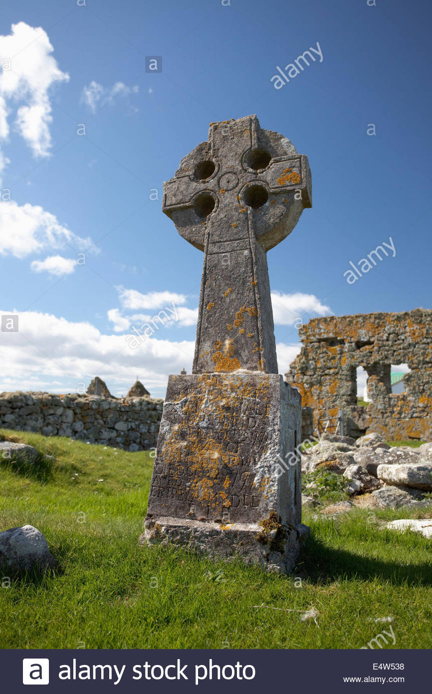A cross at the ruined Teampull na Trionaid or the Church of the Holy Trinity at Howmore, South Uist, Outer Hebrides, - Stock Image