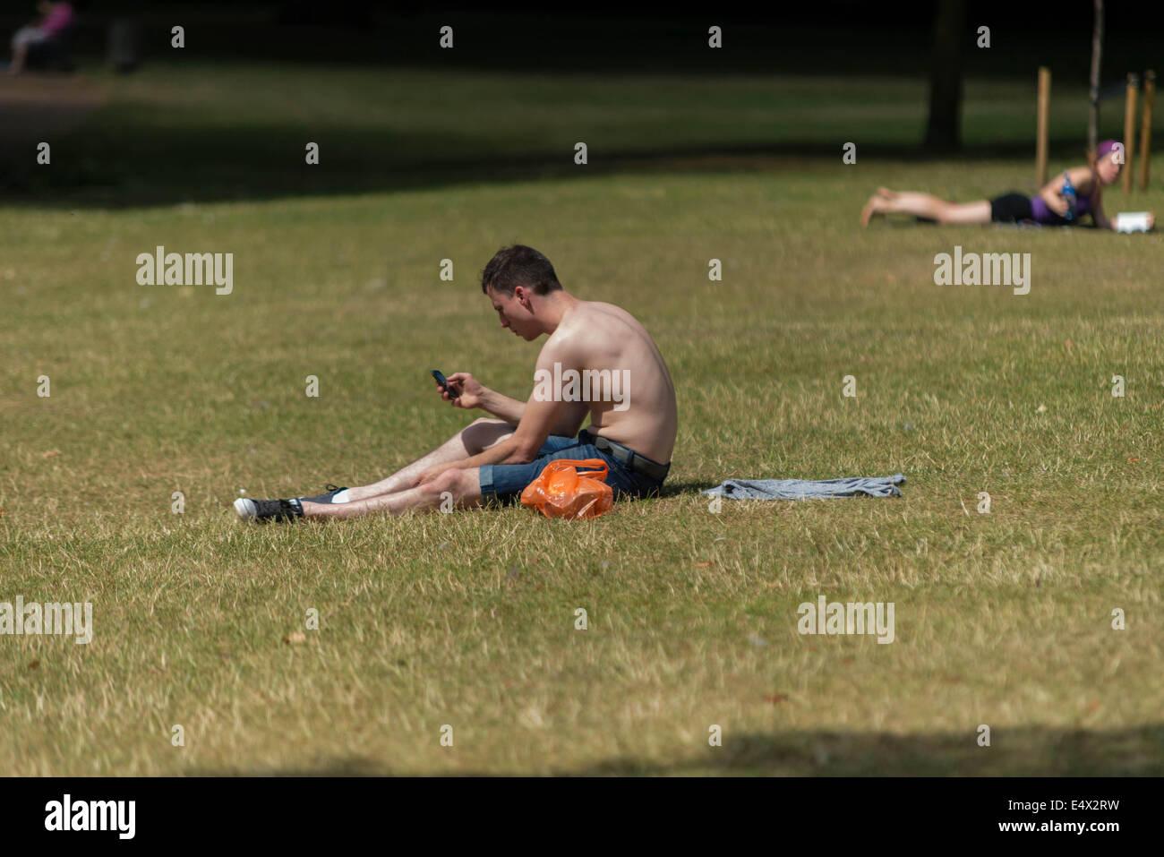London, UK. 17th July, 2014. Londoners enjoying the summer heatwave. © Velar Grant/Alamy Live News London, - Stock Image