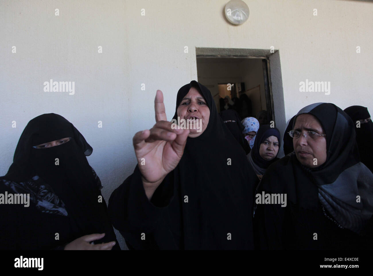 Khan Younis, Gaza Strip, Palestinian Territory. 17th July, 2014. Relatives of Palestinians from the Al-Astal family, - Stock Image