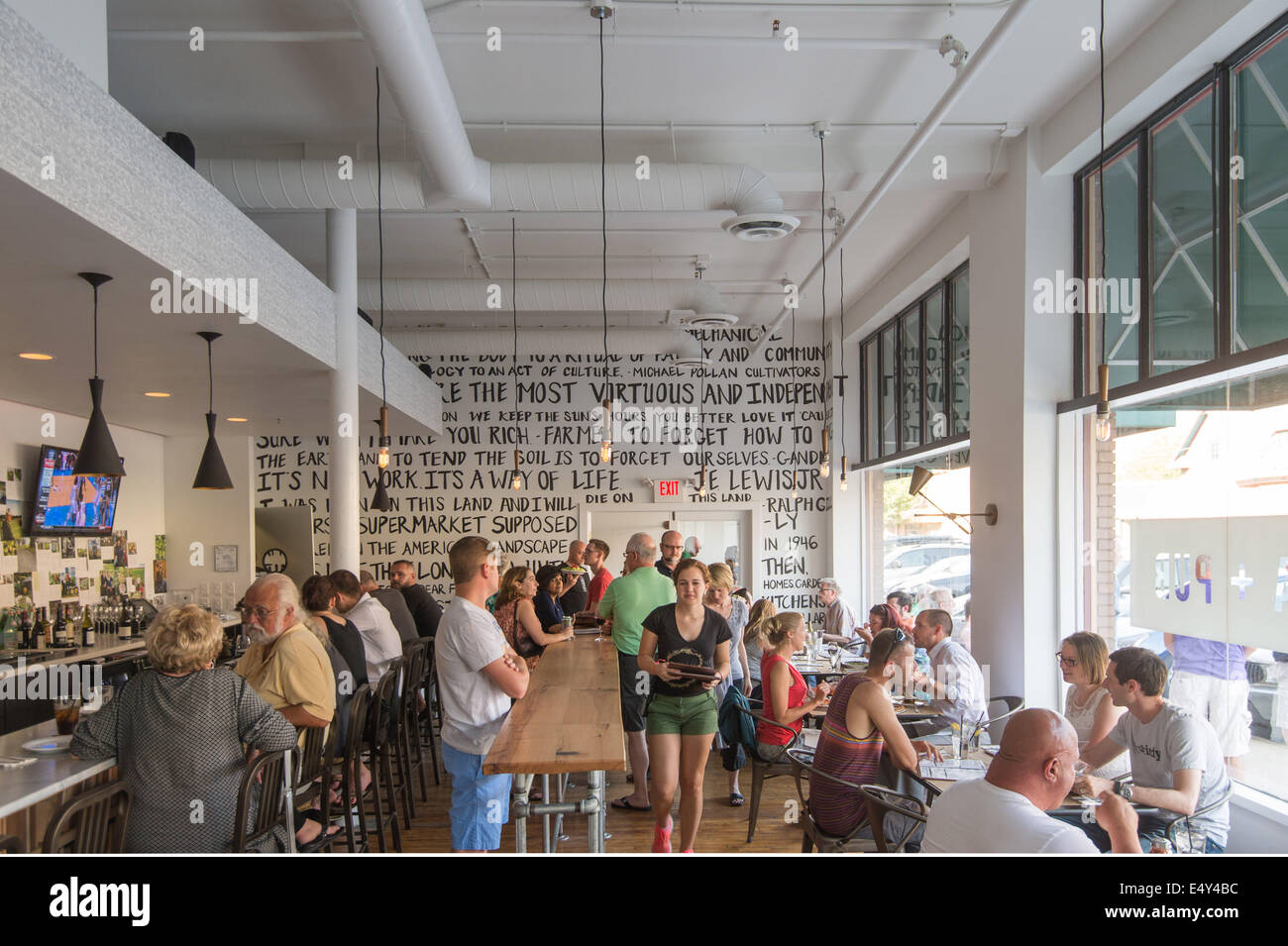 Diners in Pizzology Pizza restaurant on trendy Mass Avenue. Indianapolis, Indiana, USA. - Stock Image