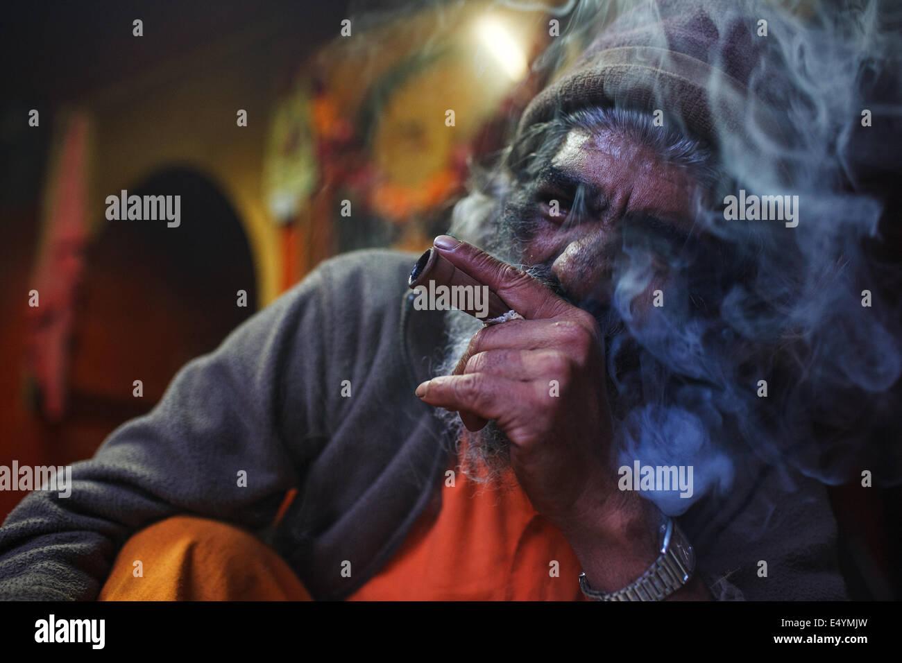 An old man smoking charas chillum marijuana ganja in Junagadh, Gujarat, India - Stock Image