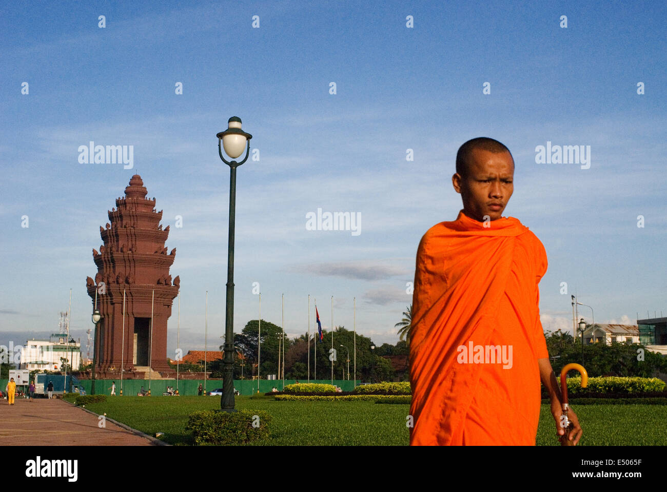 Monk at Independence monument in Phnom Penh, Cambodia, Asia. The Independence Monument, in Phnom Penh, capital of Stock Photo