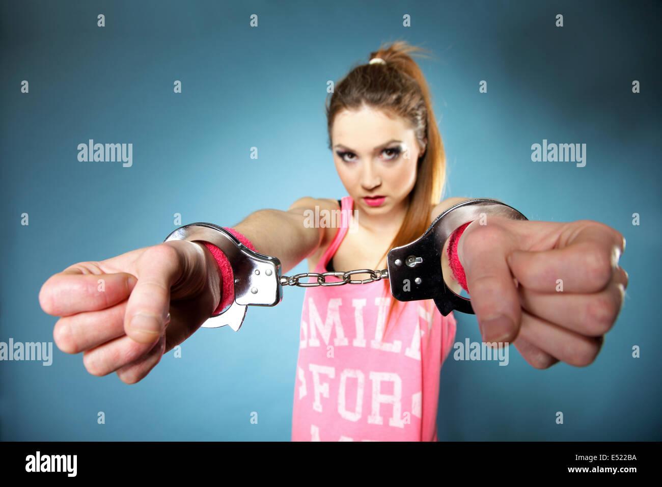 Jugendliche Mädchen in Handschellen peres aktfoto