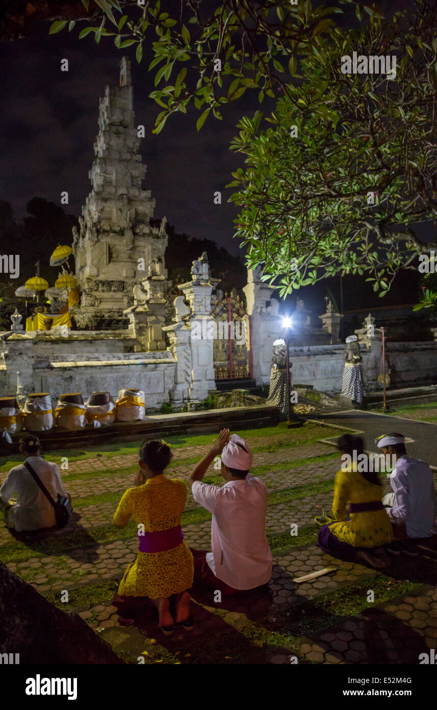 Denpasar, Bali, Indonesia.  Worshipers Attending Religious Ceremony on Occasion of the Full Moon.  Pura Jagatnatha - Stock Image
