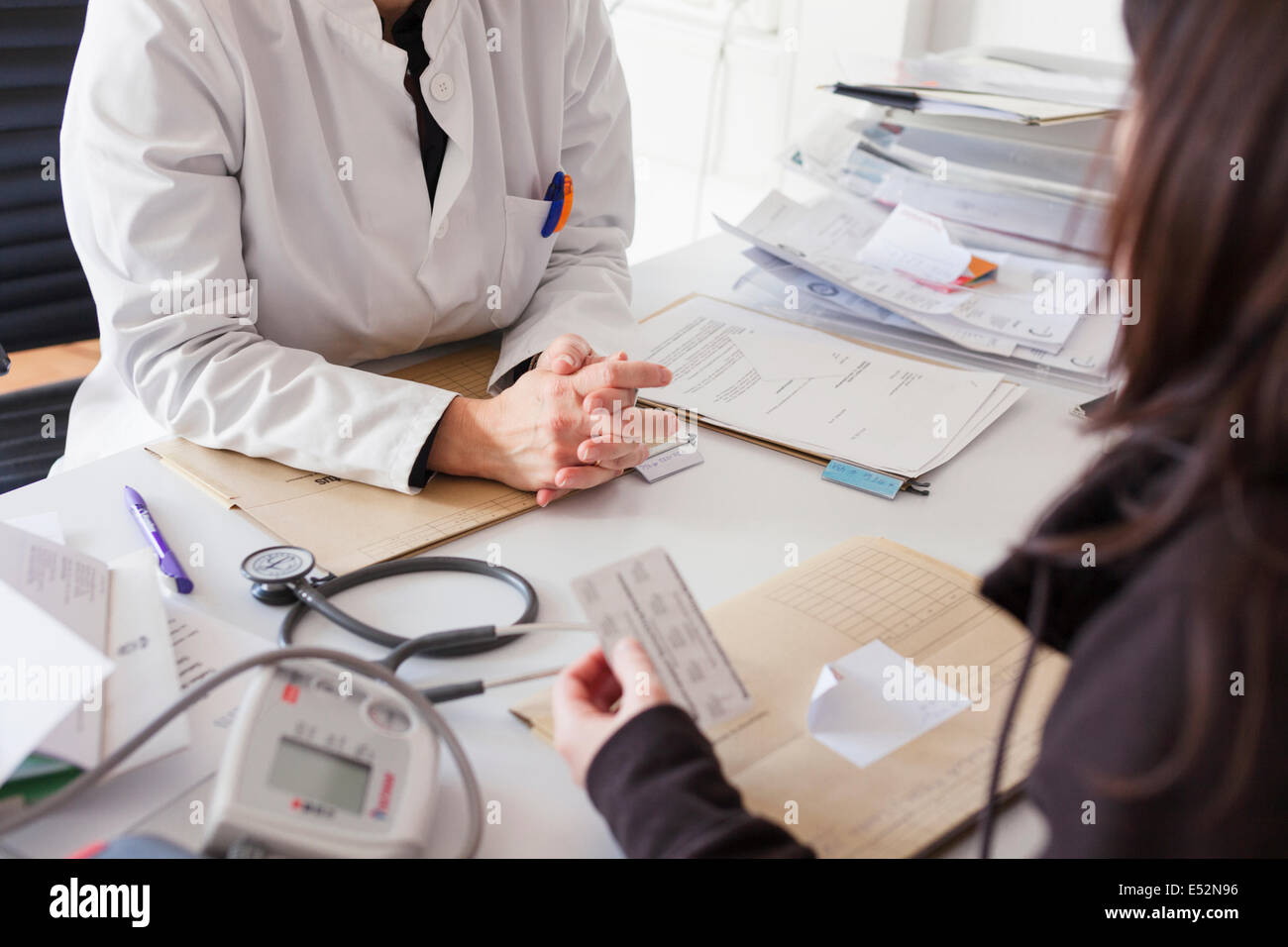 Doctor prescribes medication to patient - Stock Image