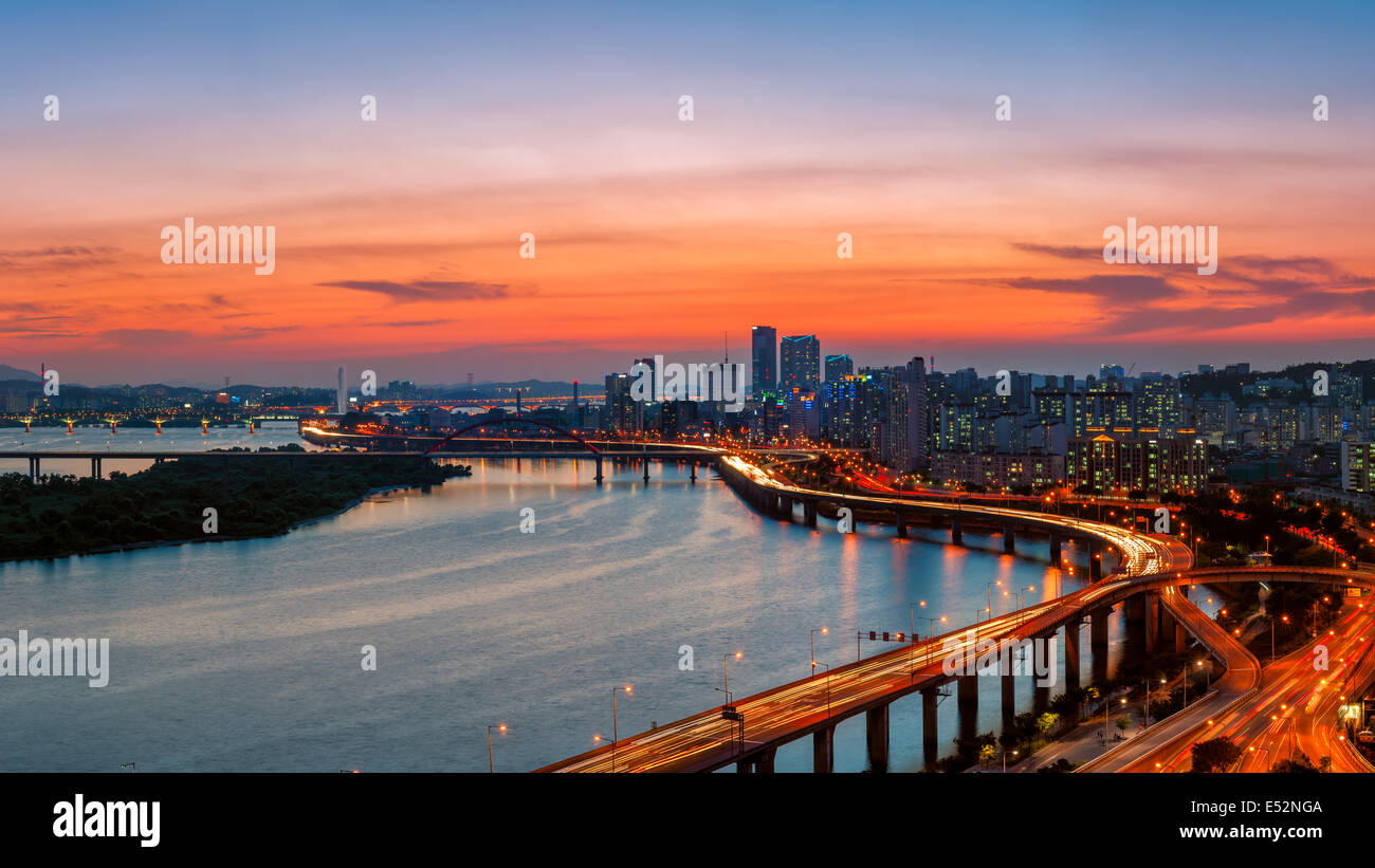 A colorful sunset over the Yeouido business district and the Han River of Seoul, South Korea. - Stock Image