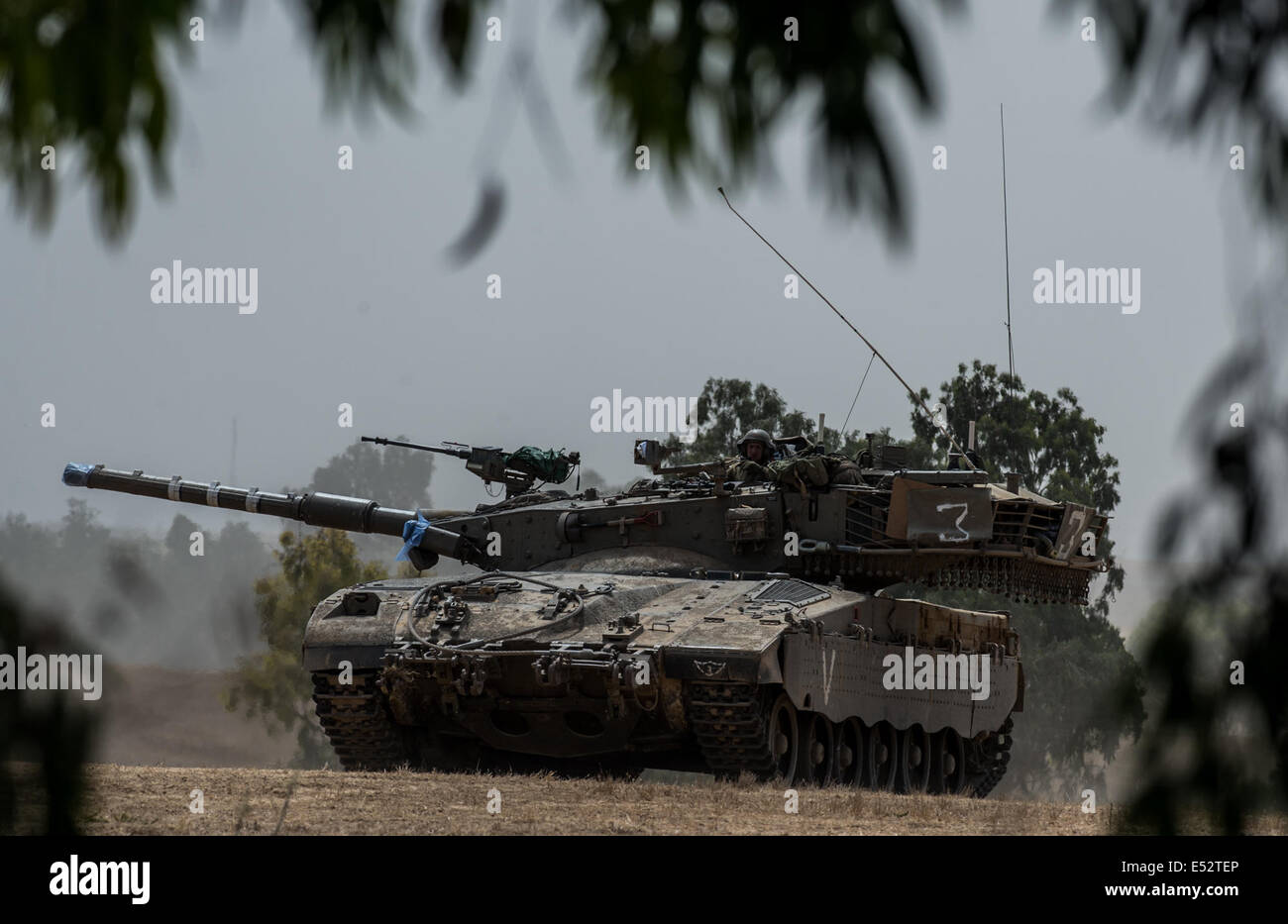 Gaza Border. 18th July, 2014. An Israeli Markava tank waits for orders in the field in southern Israel near the - Stock Image