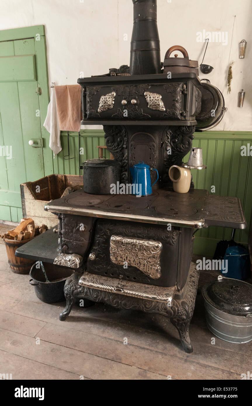 Elk203-3253v Canada, British Columbia, Barkerville Historic Town, home interior, stove - Stock Image