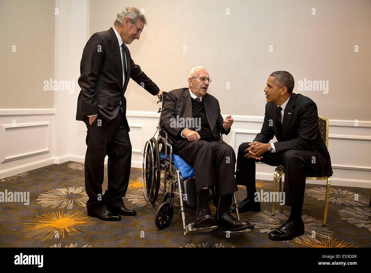 US President Barack Obama visits with Steven Spielberg and his father Arnold Spielberg May 7, 2014 in Los Angeles, - Stock Image