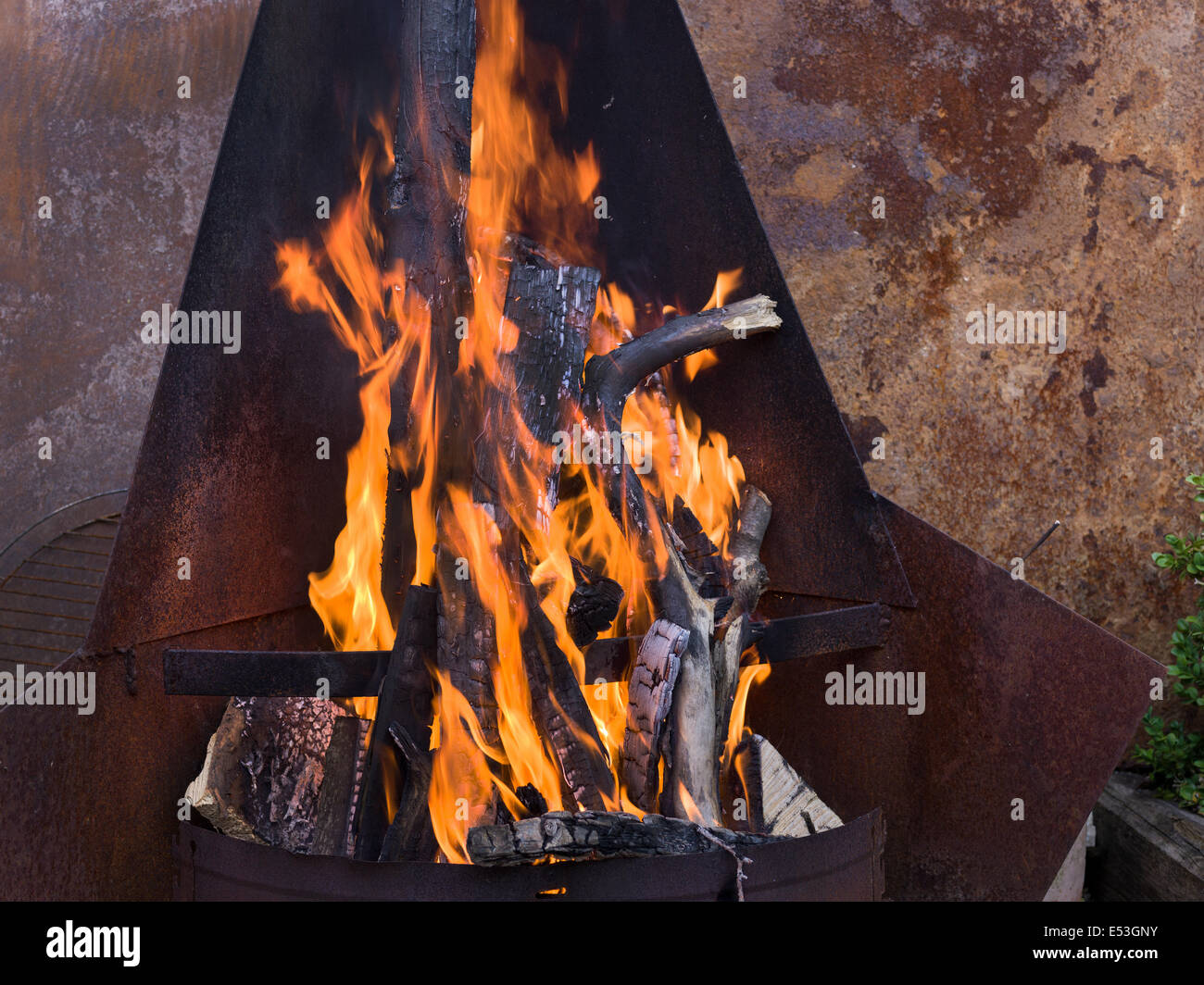 fireplace fire place garden grill hot wood burn burning - Stock Image