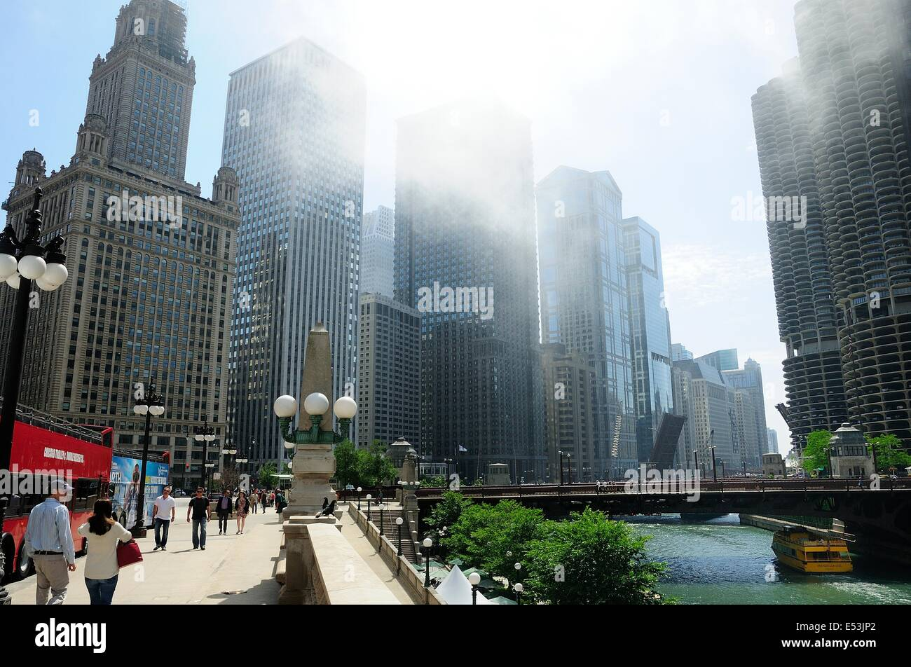 Chicago's River Walk park and Wacker Drive along the Chicago River. - Stock Image
