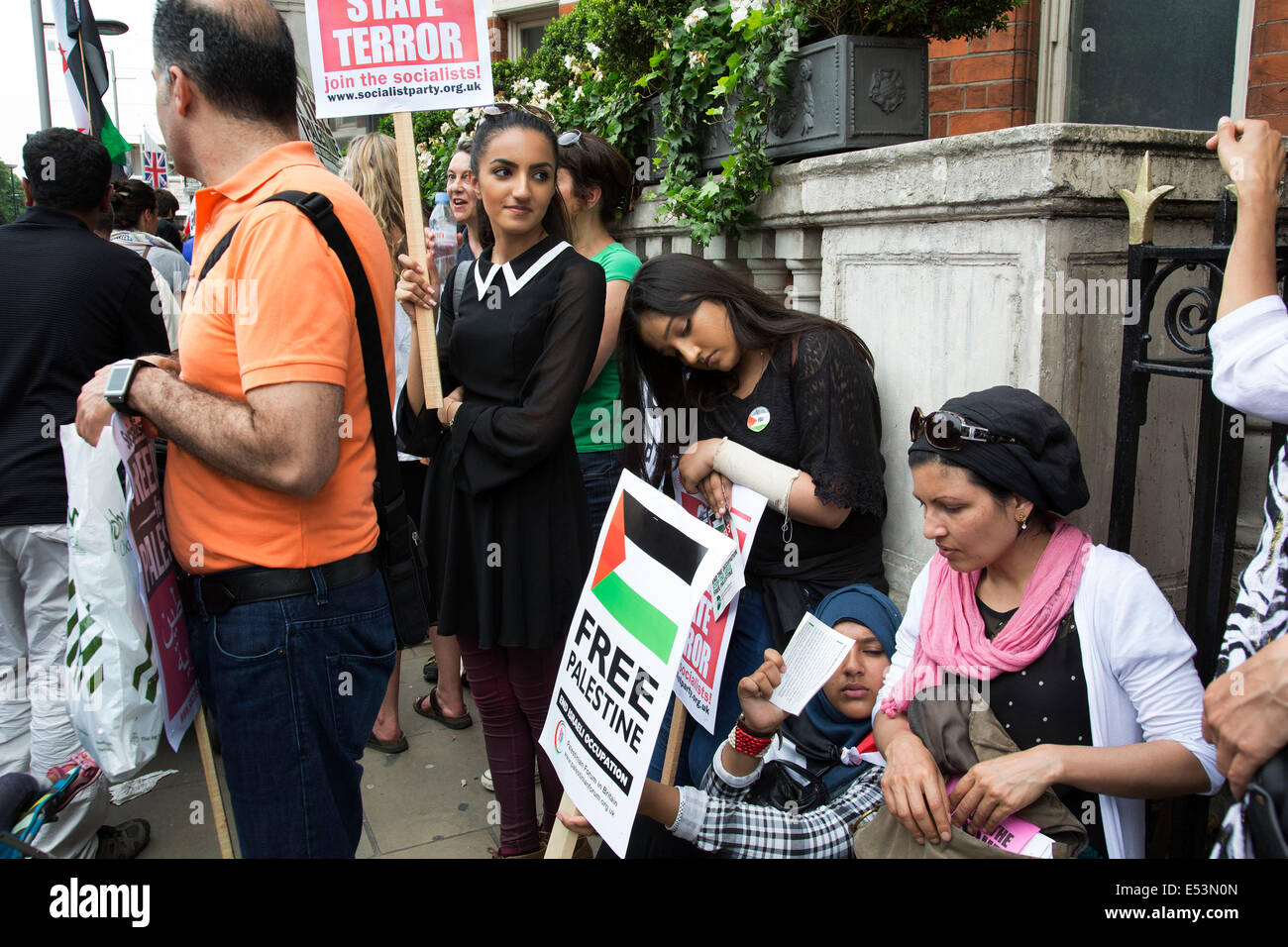 London, UK. Saturday 19th July 2014. Pro-Palestinian protesters in their tens of thousands march through central - Stock Image