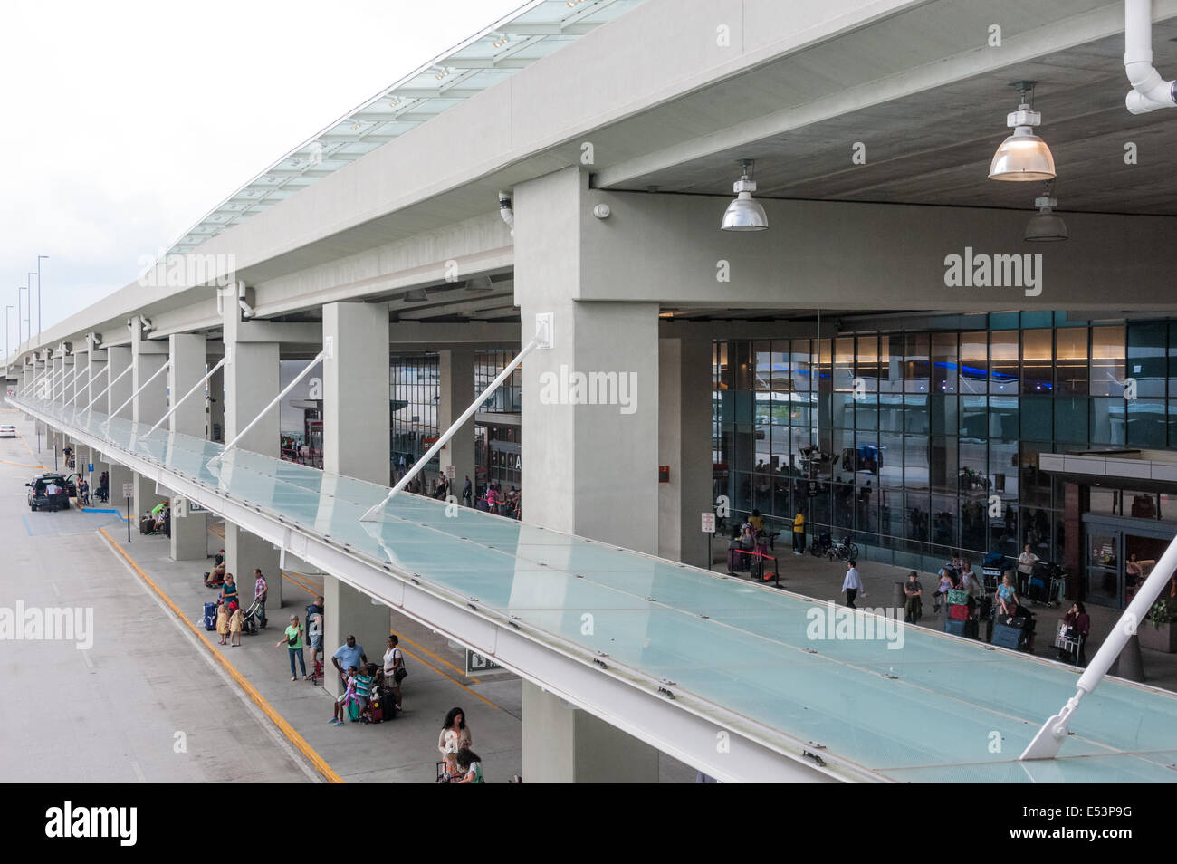 Airline passengers arriving and departing at the International Terminal of Atlanta's Hartsfield-Jackson Airport. - Stock Image