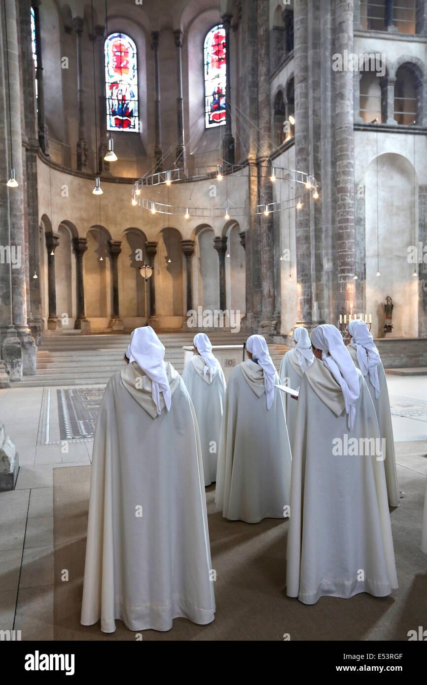 Nuns of the roman catholic religious congregation Monastic Communities of Jerusalem. Church Great Saint Martin, - Stock Image