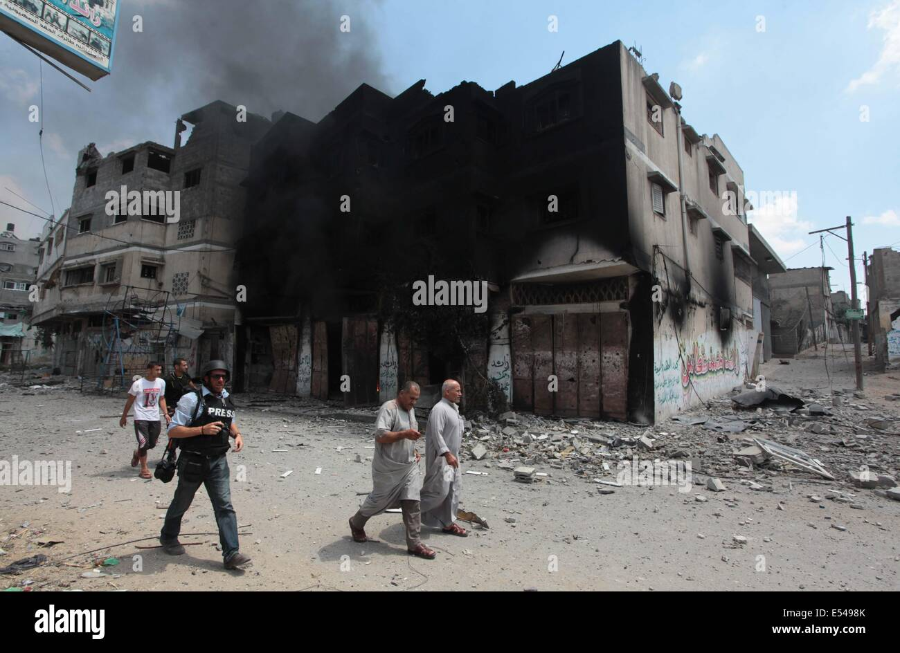 Gaza City, Gaza Strip, Palestinian Territory. 20th July, 2014. Palestinians flee to safety as the Israeli military - Stock Image