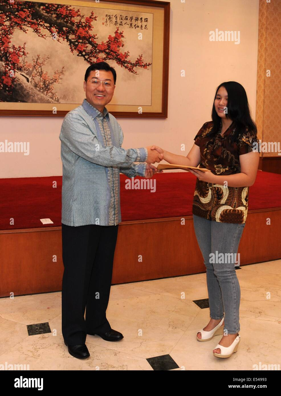Jakarta, Indonesia. 20th July, 2014. Chinese ambassador to Indonesia Xie Feng (L) awards an Indonesian student with - Stock Image