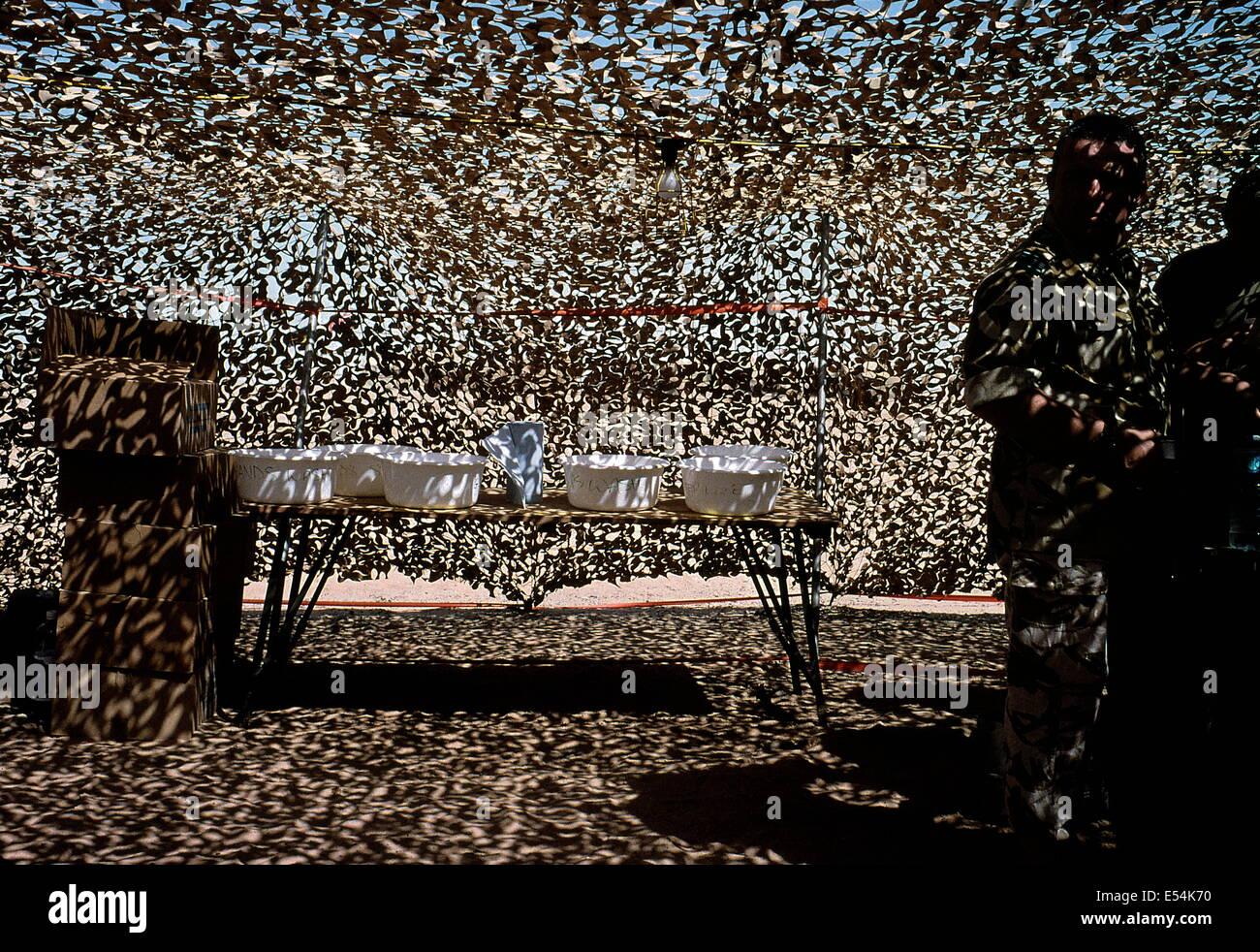 BRITISH MILITARY CAMP, DESERT, OMAN. - DESERT CAMOUFLAGE NETTING. PHOTO:JONATHAN EASTLAND/AJAX - Stock Image