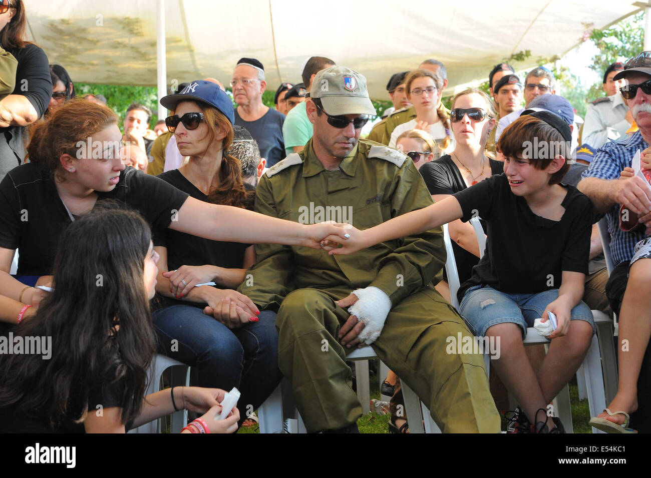 Gaza Border, Israel. 20th July, 2014. Ori (R) and Shirai, the children of Major Amotz Greenberg, a 45-year-old reserve - Stock Image
