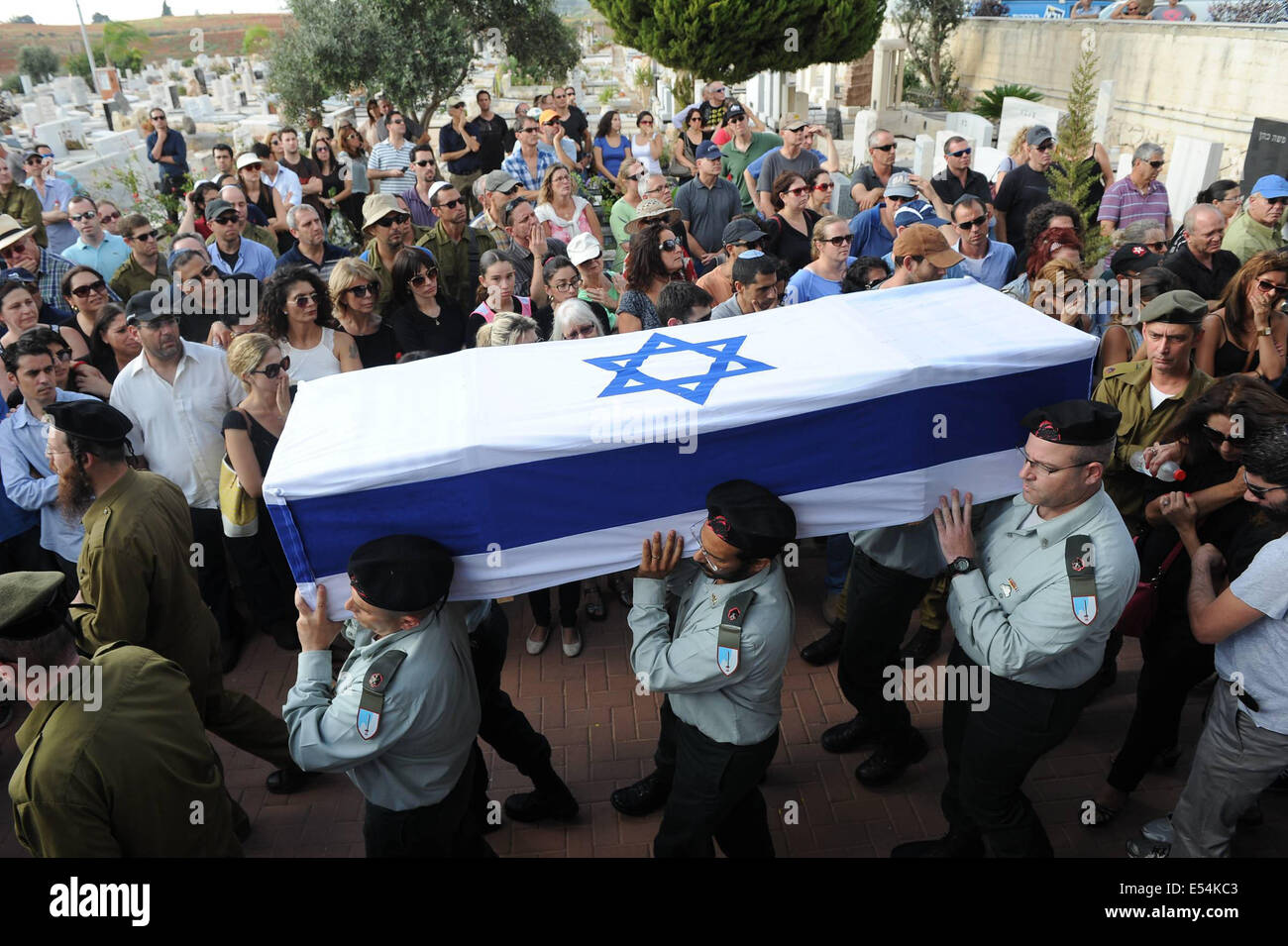 Gaza Border, Israel. 20th July, 2014. Israeli soldiers carry the coffin of Major Amotz Greenberg, a 45-year-old - Stock Image