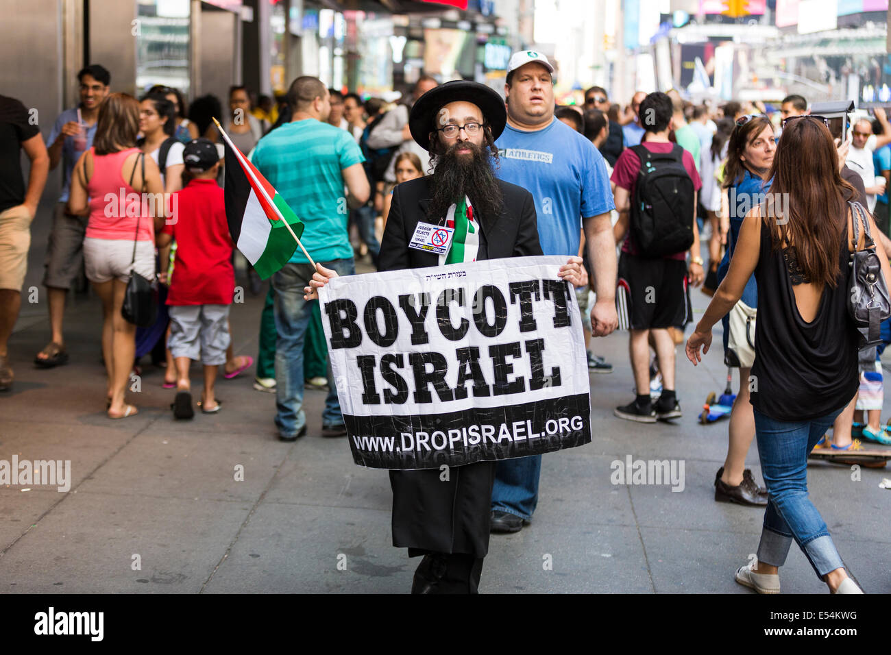 Jewish man holding a sign 'Boycott Israel' while demonstrating on the 42nd Street in New York City - Stock Image