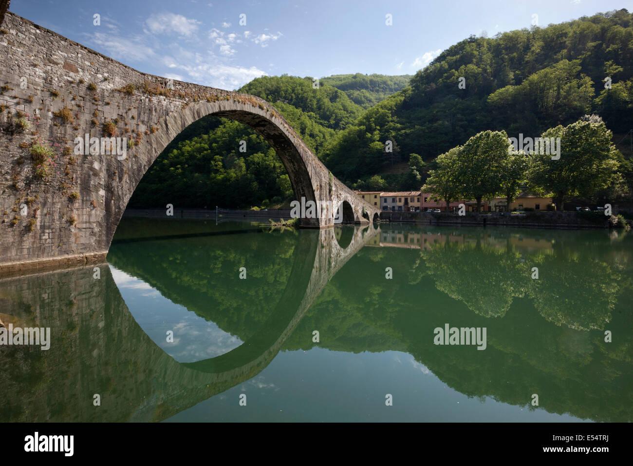 The medieval bridge of Ponte della Maddalena on the River Serchio, Borgo a Mozzano, near Lucca, Garfagnana, Tuscany, - Stock Image