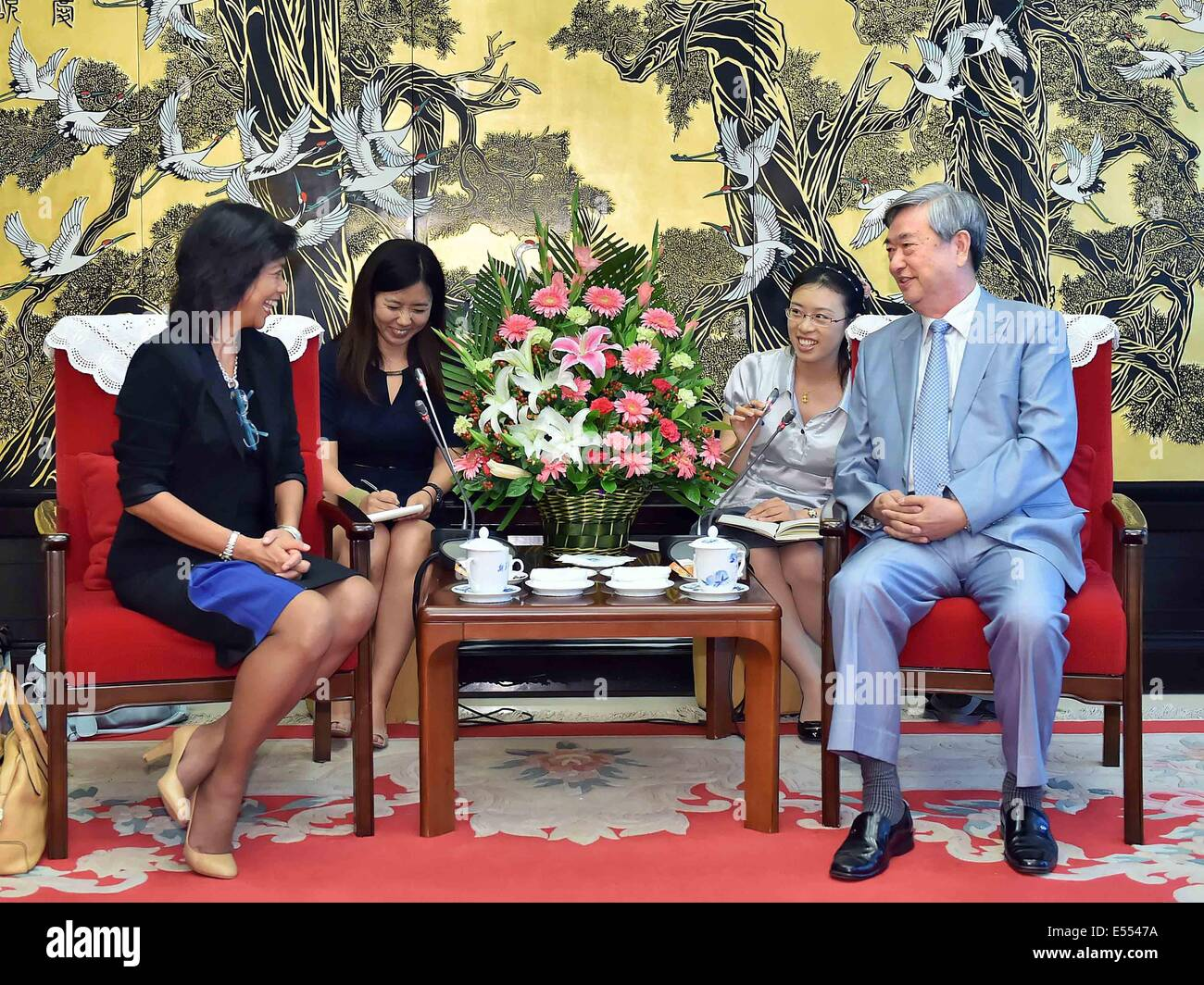 Beijing, China. 21st July, 2014. Li Congjun (R, front), president of Xinhua News Agency, meets with Maria Ronson, - Stock Image