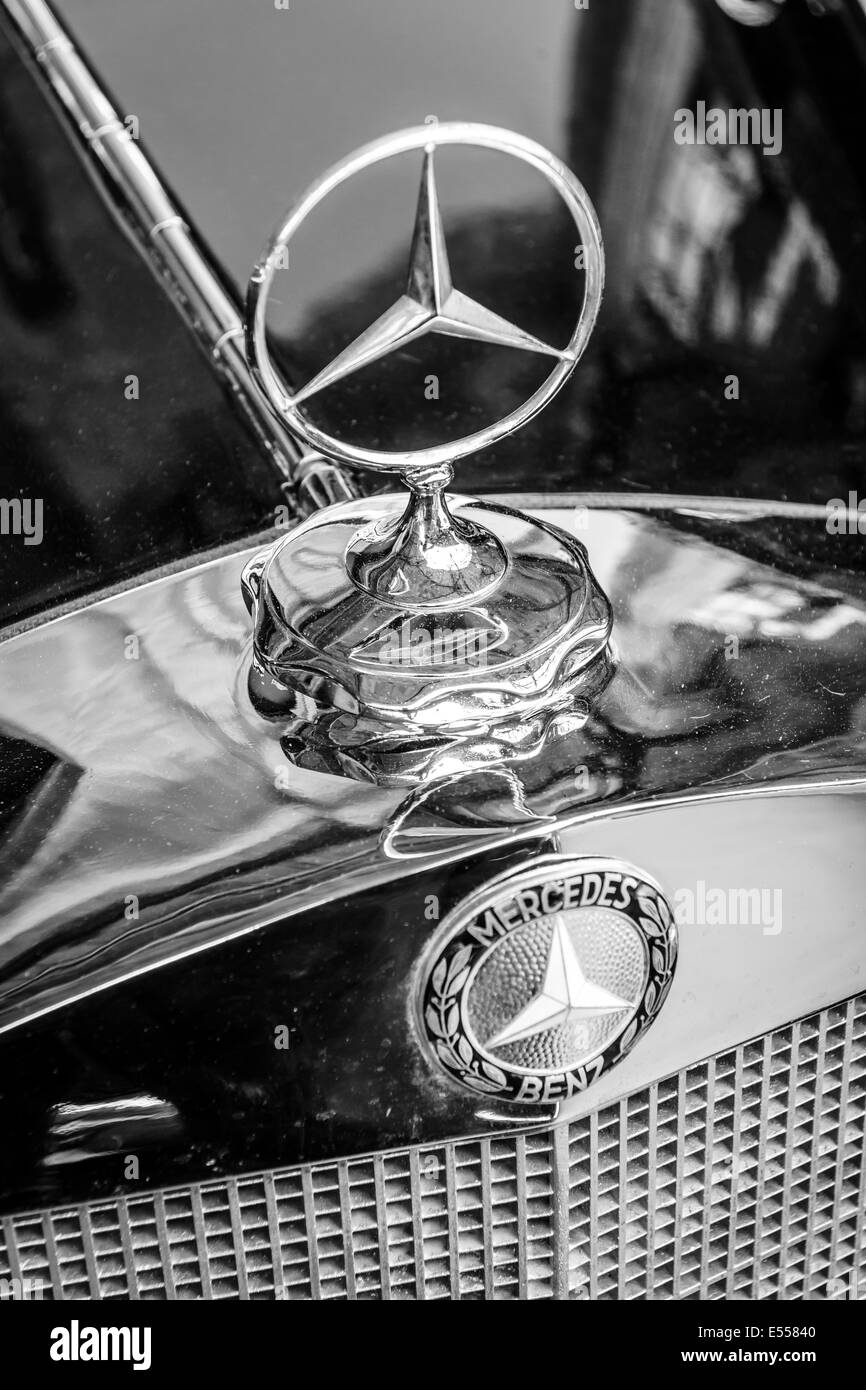 Hood Ornament Of The Mid Size Luxury Car Mercedes Benz W21 Close Up