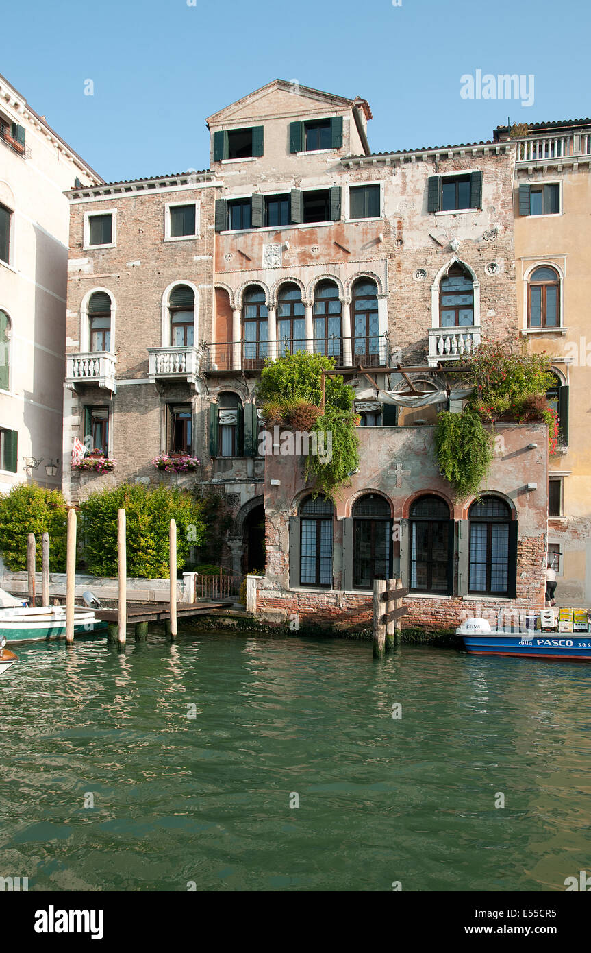 Charming old traditional building house palazzo near Rialto on the Grand Canal Venice Italy  GRAND CANAL BUILDING - Stock Image