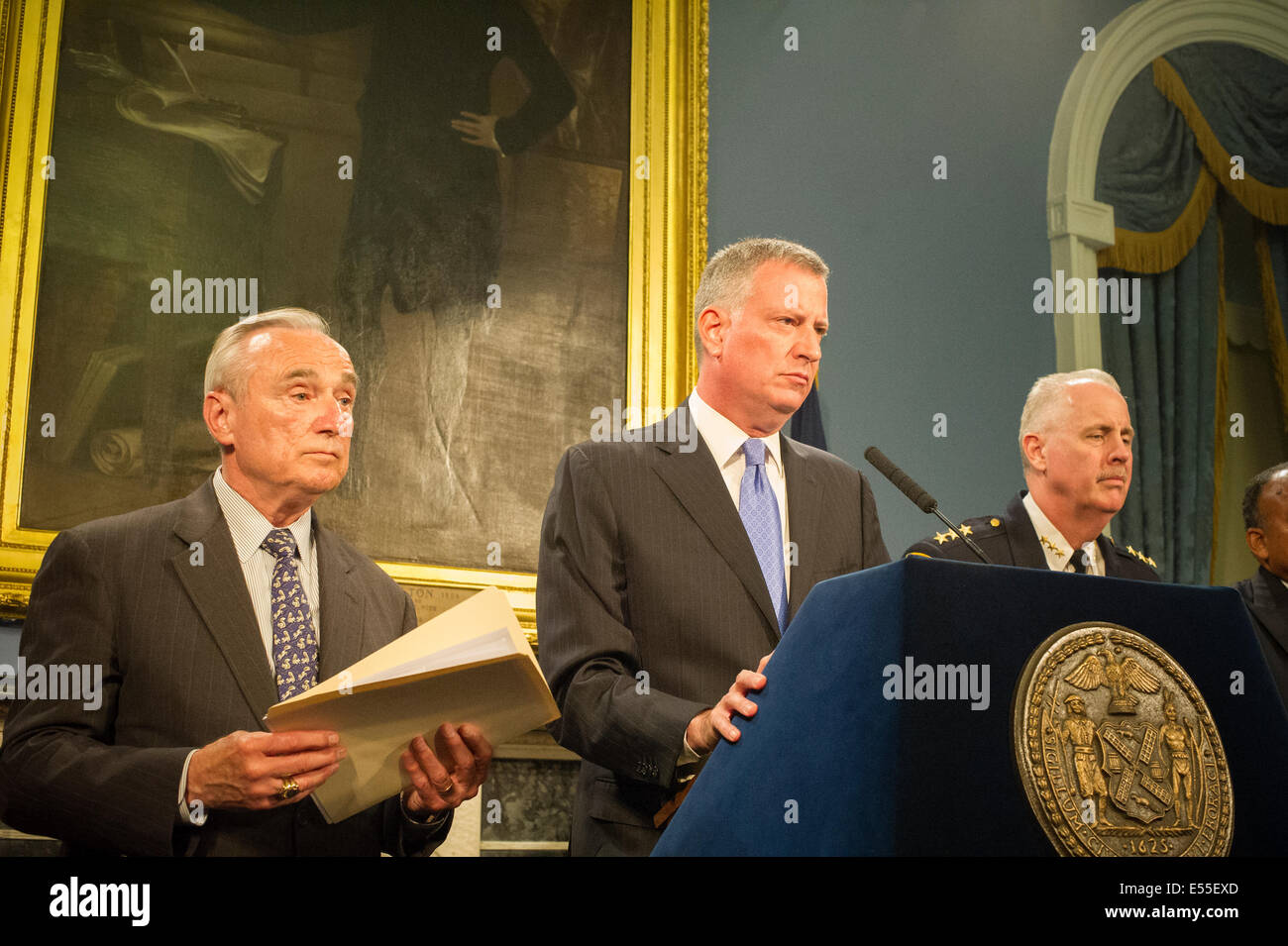 New York Mayor Bill De Blasio, center, and NYPD Commissioner William Bratton, left, speak at a press conference - Stock Image