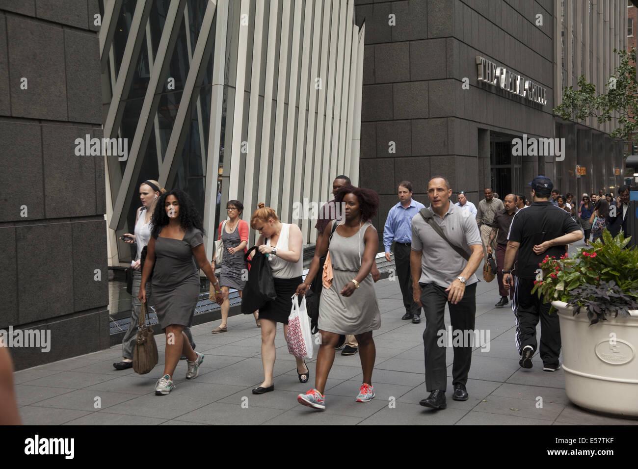 Sidewalk along E. 42nd St. in Manhattan, NYC. - Stock Image