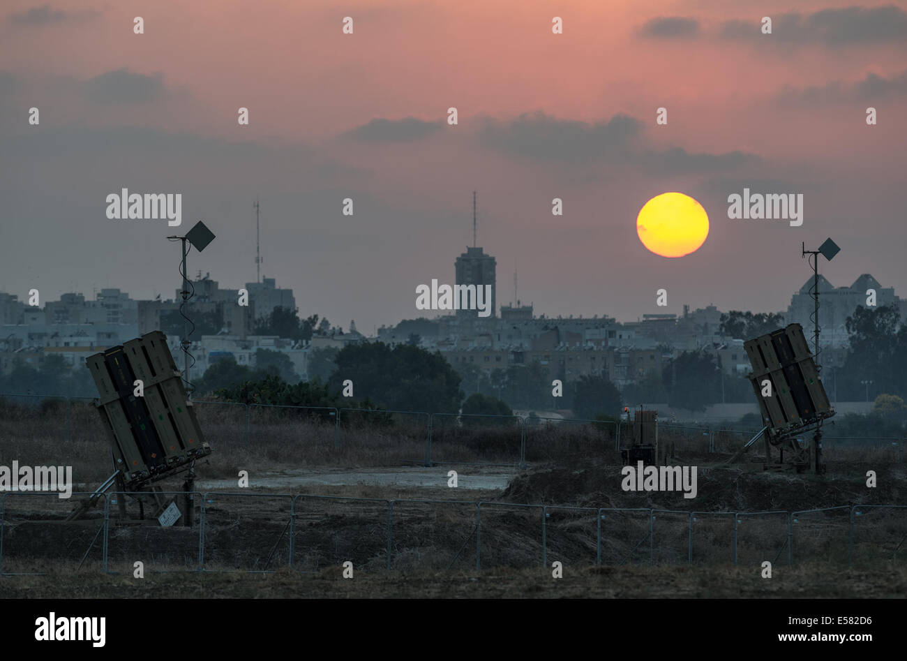 Gaza Border. 22nd July, 2014. Iron Dome anti-missile shield systems are deployed near Ashdod, a southern Israeli - Stock Image